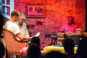 Wolfgang Bortlik auf dem Airlux Bett Marcel Reif und Fabio Coltorti lesen vor